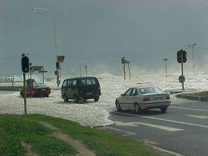 El mar entra varios metros devido al viento, de más de 80 kms/hora